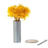 Желтые цветы в белой вазе